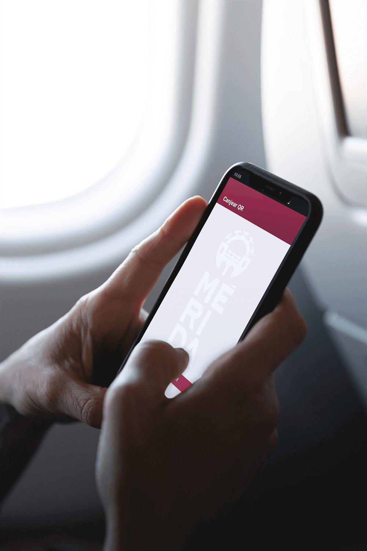 Persona escaneándo un código QR con la App de Consume Mérida